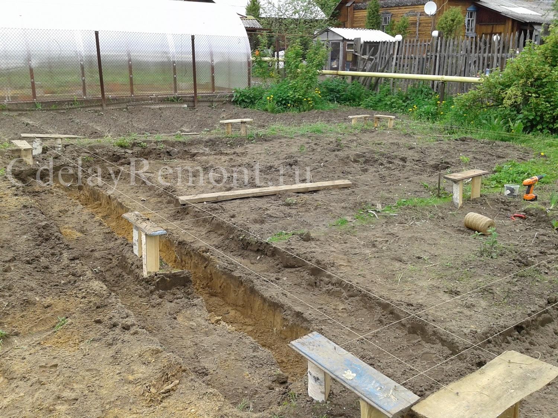 Подготовка траншеи для песчаной подушки под фундамент