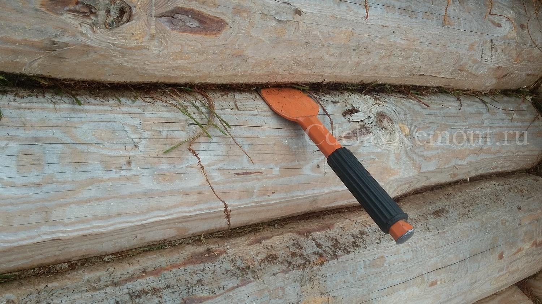 Забивание мха в паз железной конопаткой