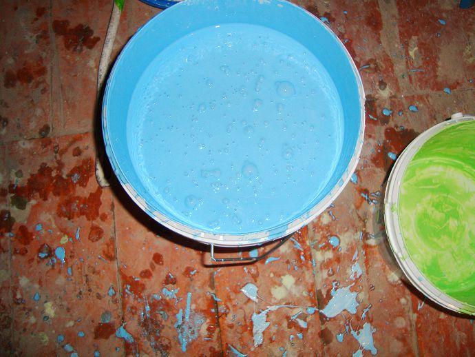 Для второго покрытия используем голубую краску