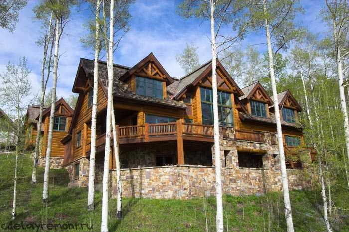 Двухэтажный деревянный дом с террасой