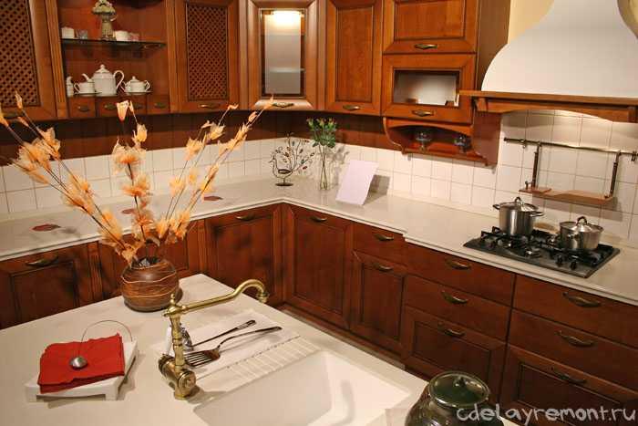 Дизайн кухни в деревянном коттедже