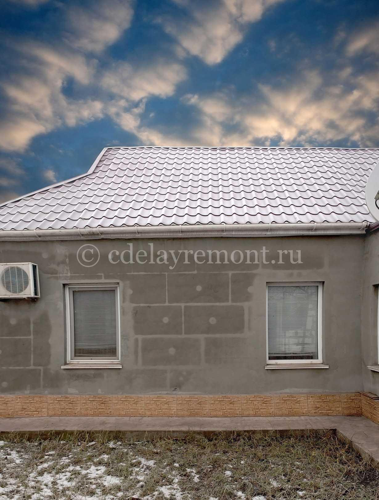 Частично оштукатуренные стены дома из газобетона