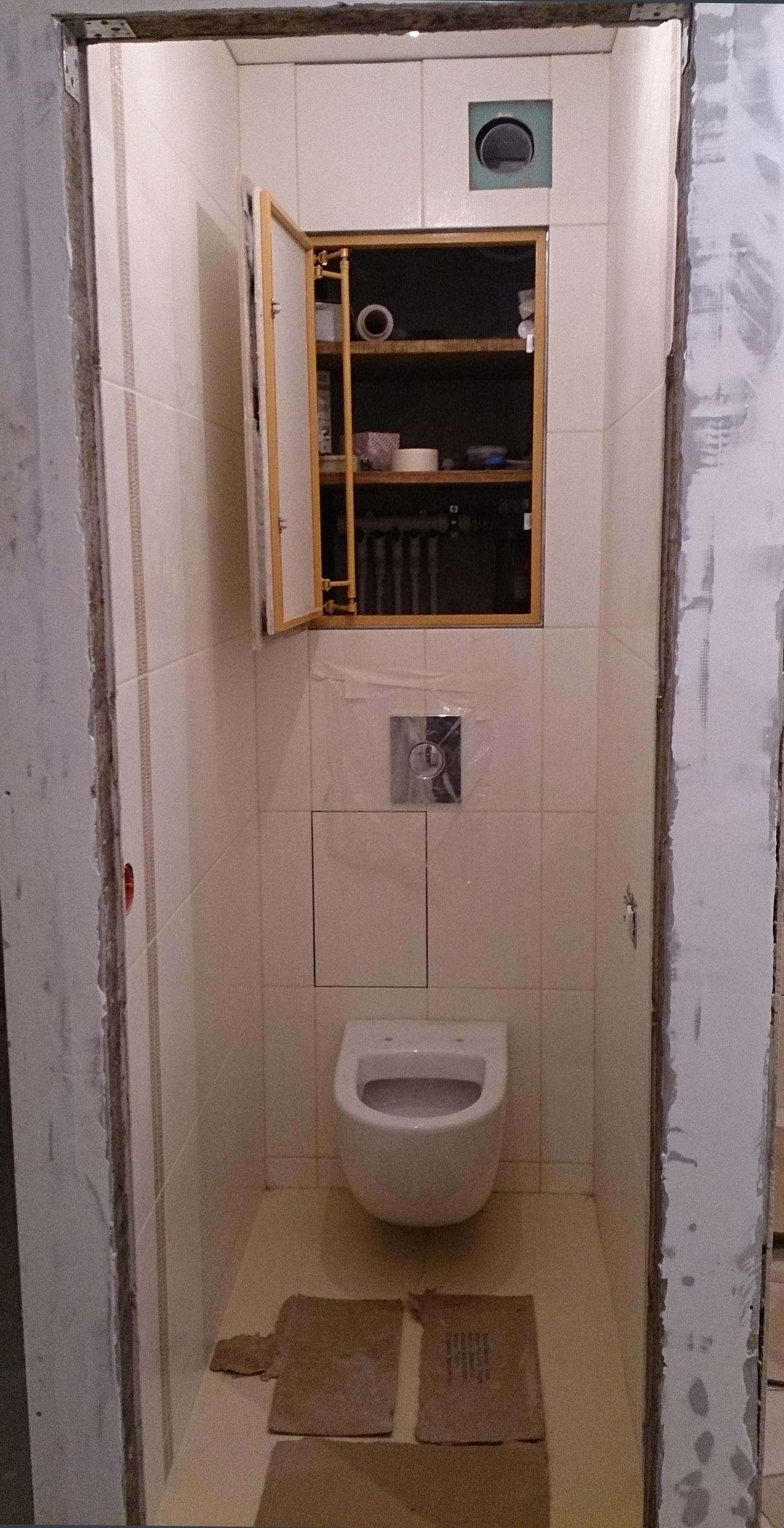 Туалет с выложенной плиткой