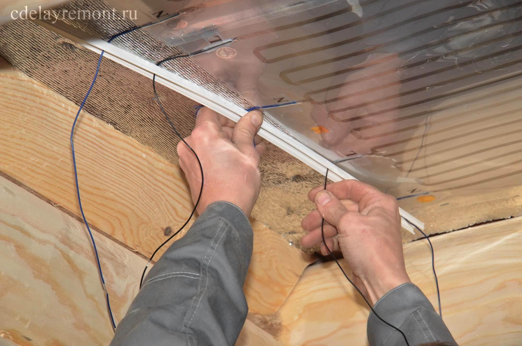 Проделали отверстия в коробе и протягиваем через них провода