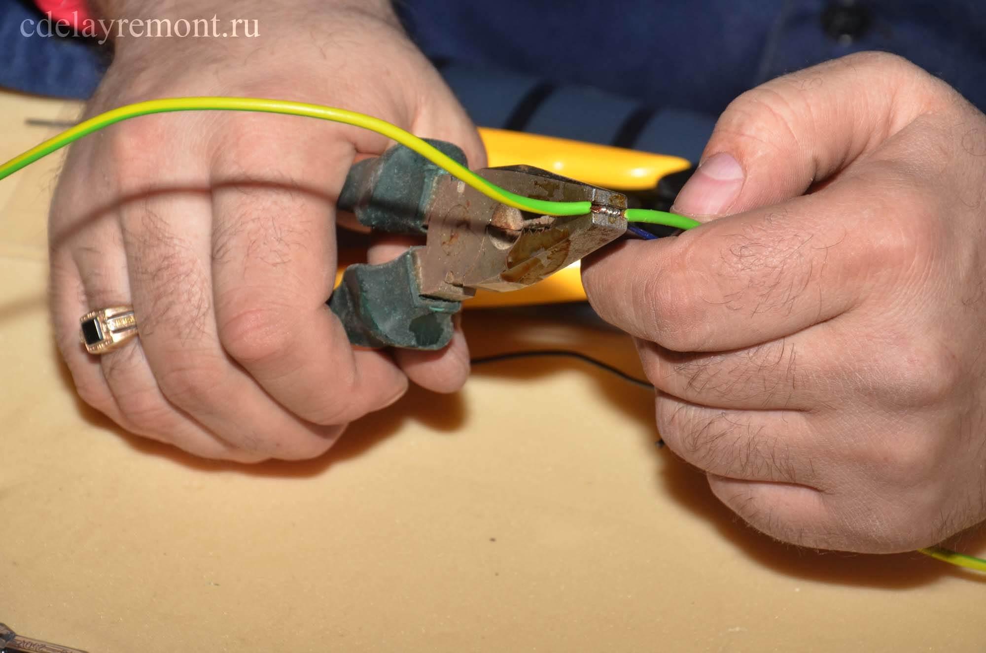 Стягиваем соединение с помощью пассатижей