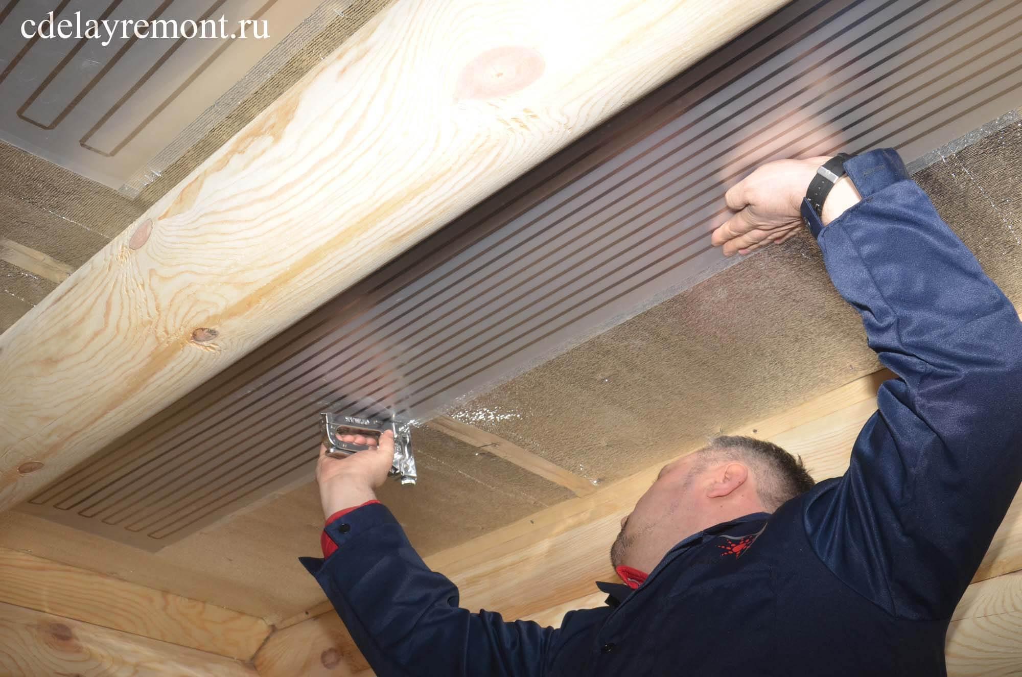 Крепление ПЛЭН к утеплителю на потолке с помощью степлера